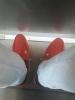 kırmızı renk ayakkabı giyen erkek