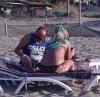 karısına bikini giydiren adam