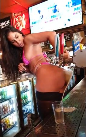 poposuyla bira servis eden barmaid