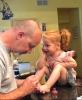 kızının ayağına oje süren baba
