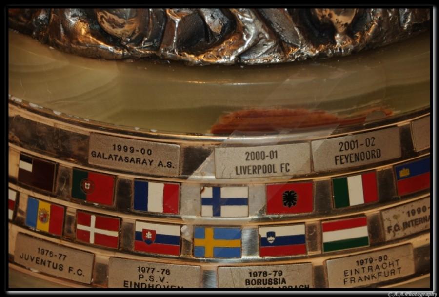 uefa kupası üzerindeki türk bayrağı