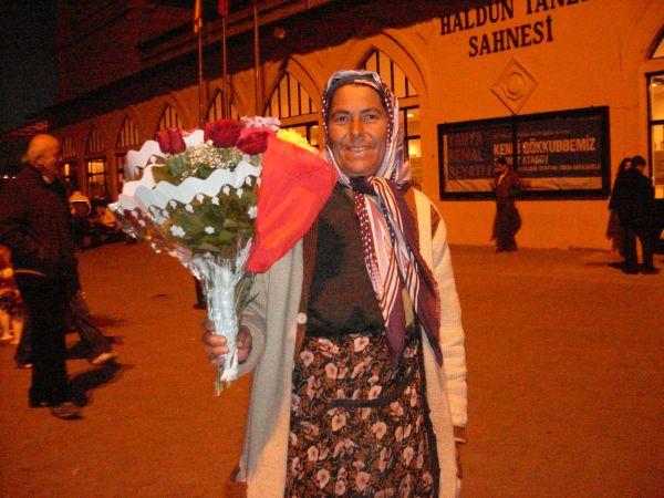 çiftlere zorla gül satmaya çalışan çiçekçi
