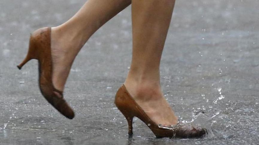 kadın öğretmenin topuklu ayakkabısı caiz değildir