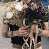 bir erkeğe çiçek almak