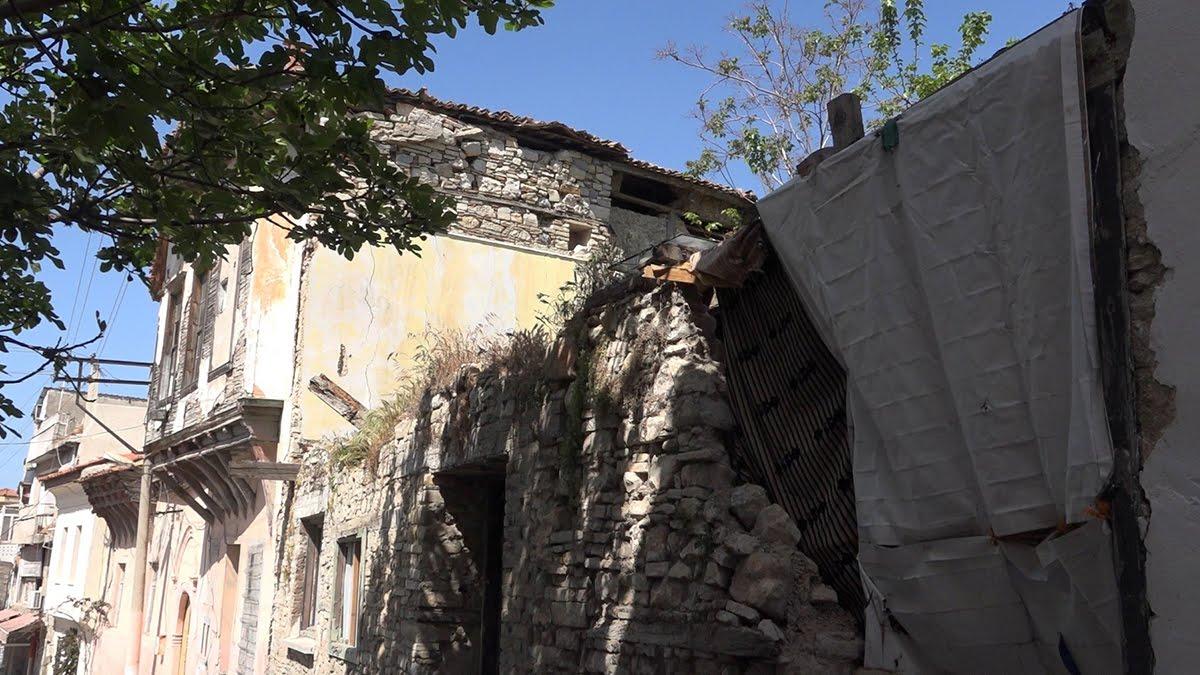 hırsızlar tarafından ikinci katı çalınan ahşap ev