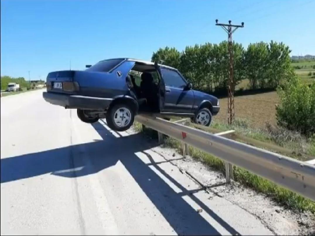 bariyerin üzerindeki tofaş kazası
