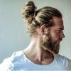 topuz saçlı erkeğin kendini adamdan sayması