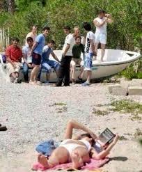 didim de denize çırılçıplak giren kadın turist
