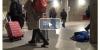 metro istasyonunda uyuyan çocuk yürekleri sızlattı
