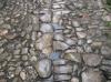 doğal taş döşeli yolda topuklu ile yürümek