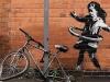sanatsal açıdan süs olarak duran bisikleti çalmak