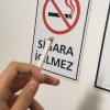 sigara yasaktır levhası önünde sigara içmek