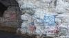 tekne ile mağaraya gidip yazı yazan vandallar