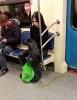 metroda kucakta yolculuk eden karga