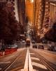 san francisco caddelerinde yokuş aşağı yürümek