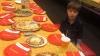 tek başına tost yiyen öğrenci