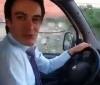 otomatik vites araba kullanan erkek