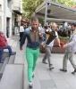 mor şapka yeşil gömlek mavi pantalonla dolaşmak