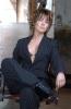siyah takım elbise giyen kadın